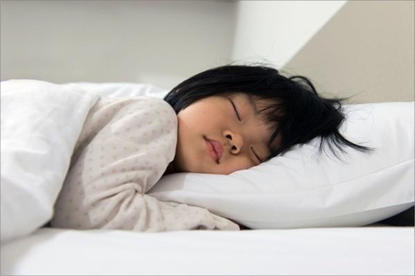 Mẹo nhỏ giúp bé ngủ cũi sang ngủ giường
