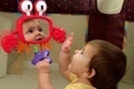 Chọn đồ chơi giúp trẻ sơ sinh phát triển các...